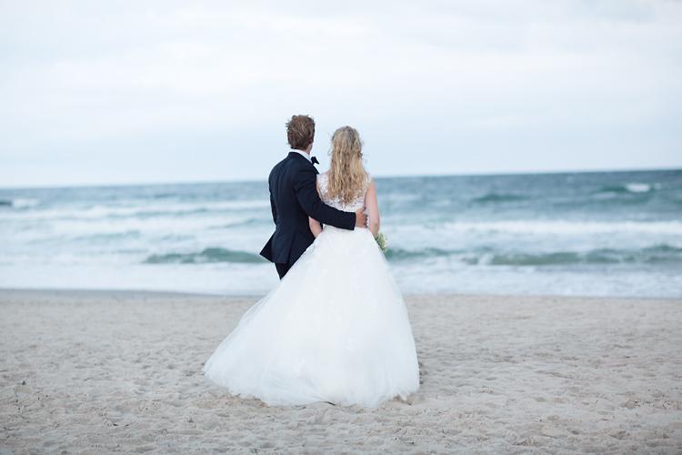 Brudpar på strand i Skagen
