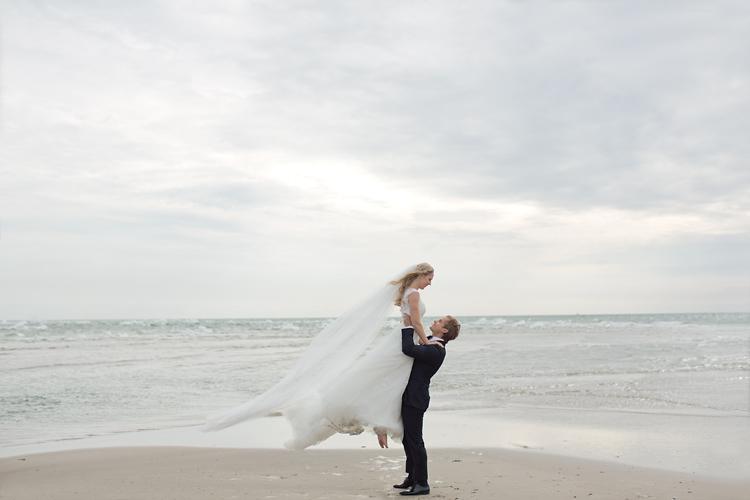 Jessica Lund fotograferar brudpar i Skagen