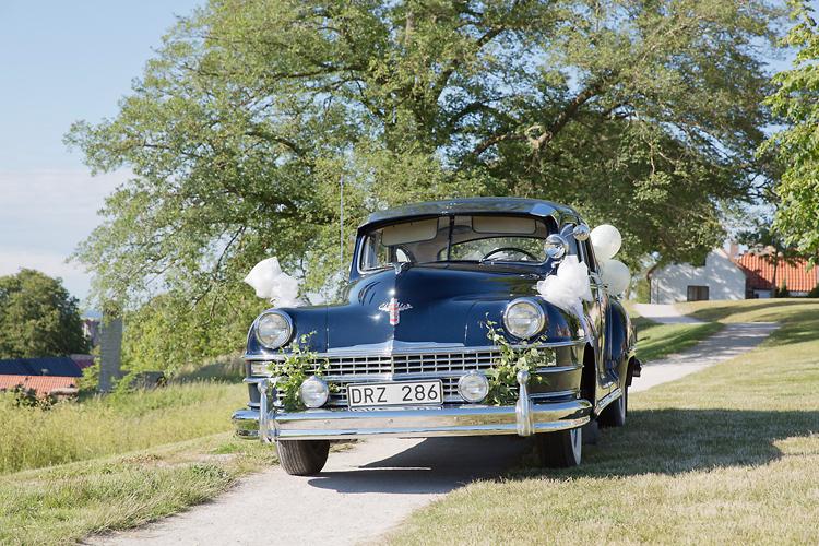 Bil dekorerad för bröllop