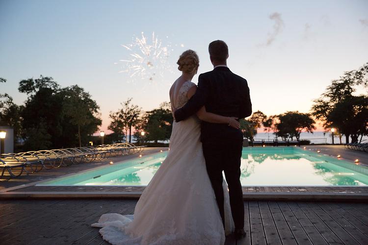 Fyrverkerier i solnedgång på bröllop