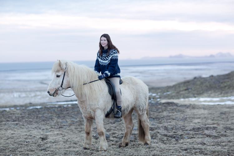 ryttare på vit islandshäst