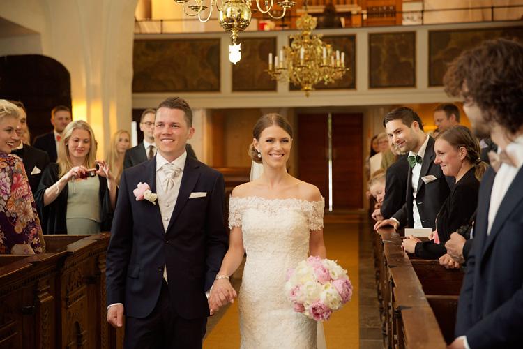 Brudpar i altargång i kyrka