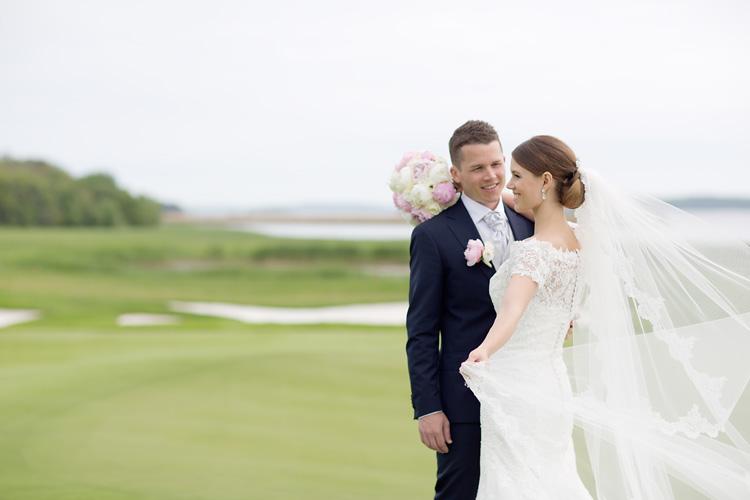 Bröllopsfotografering med slöja på golfbana