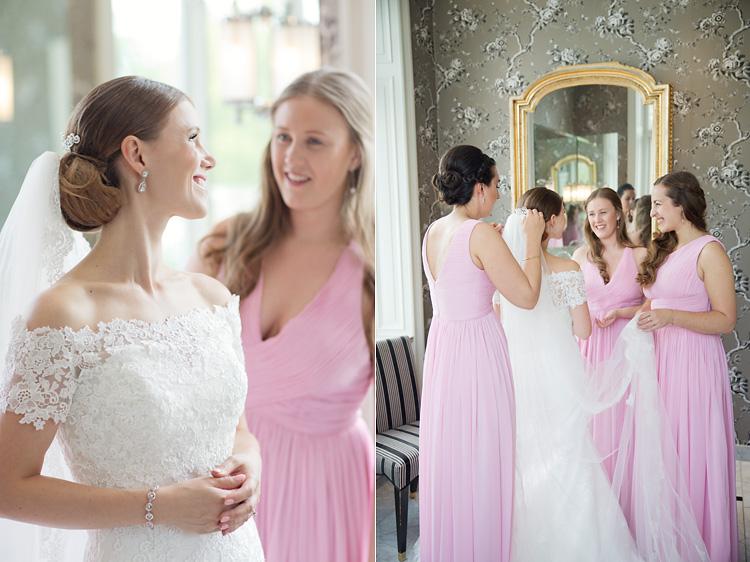 Tärnor i rosa klänningar tillsammans med brud