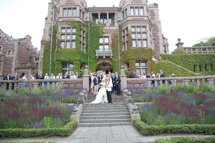 Brudpar på trapp vid slott