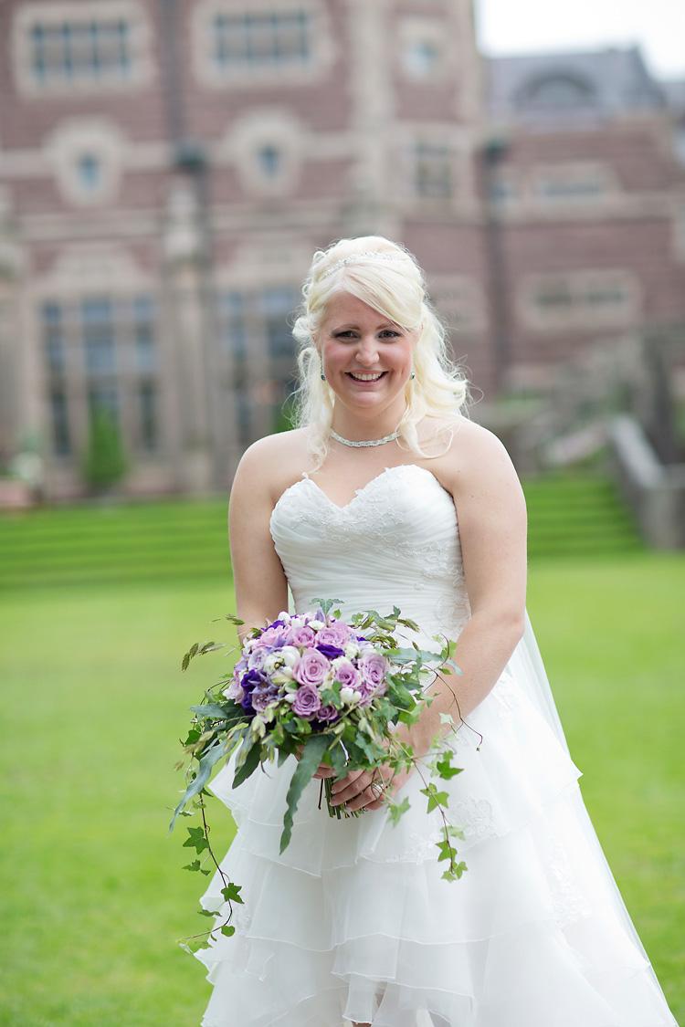 Brud med lila brudbukett