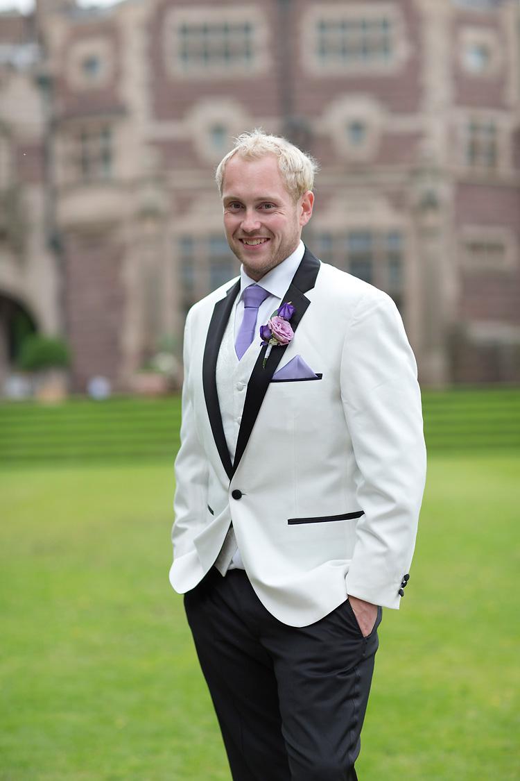 Brudgum med lila slips