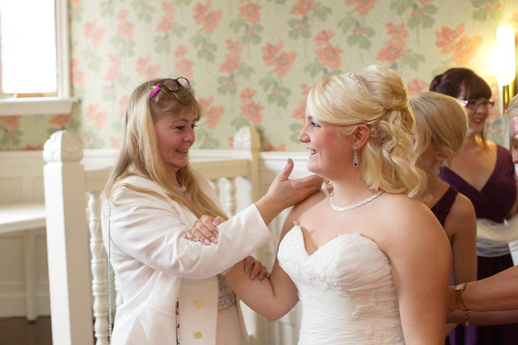 mor gratulerar sin dotter på bröllopsdag