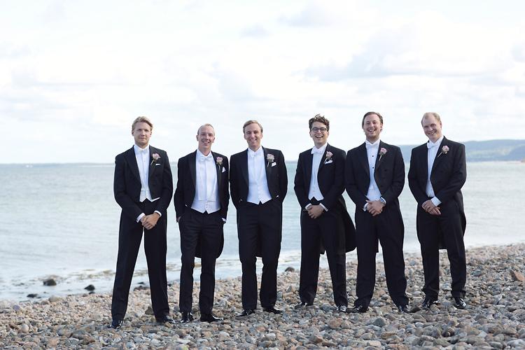 Brudgum med marskalkar vid havet Skåne