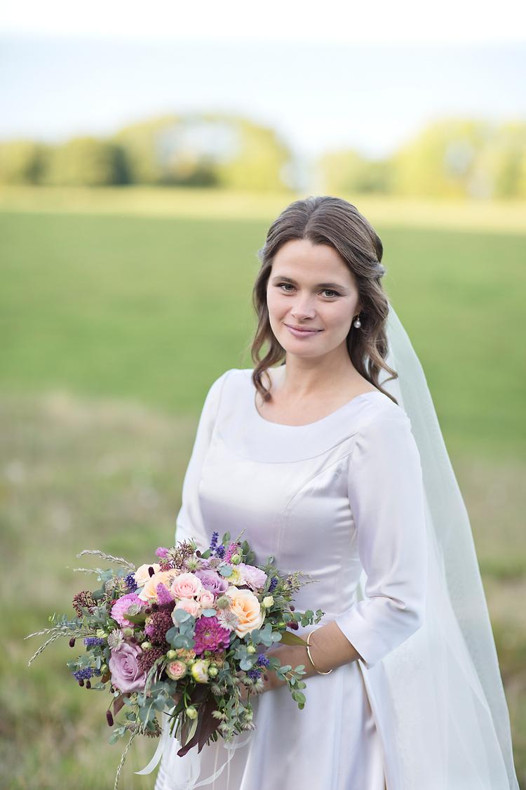 Brud i sin mors brudklänning från 60-talet