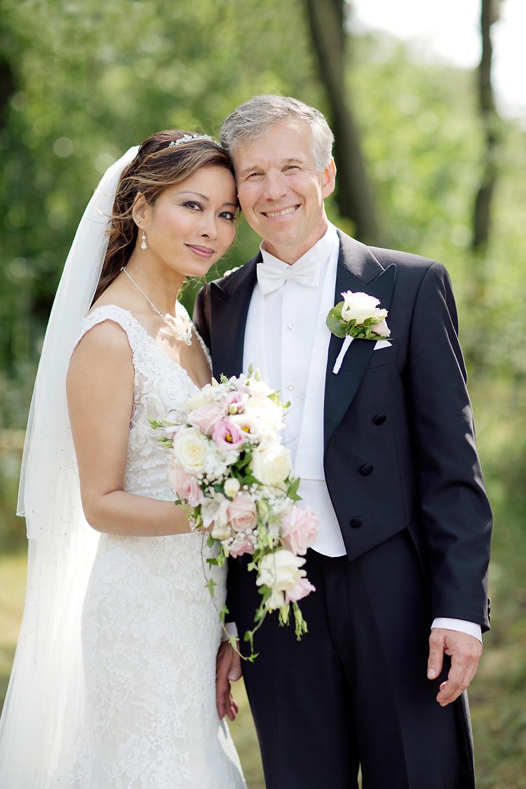 Brudpar fotograferat i grönska