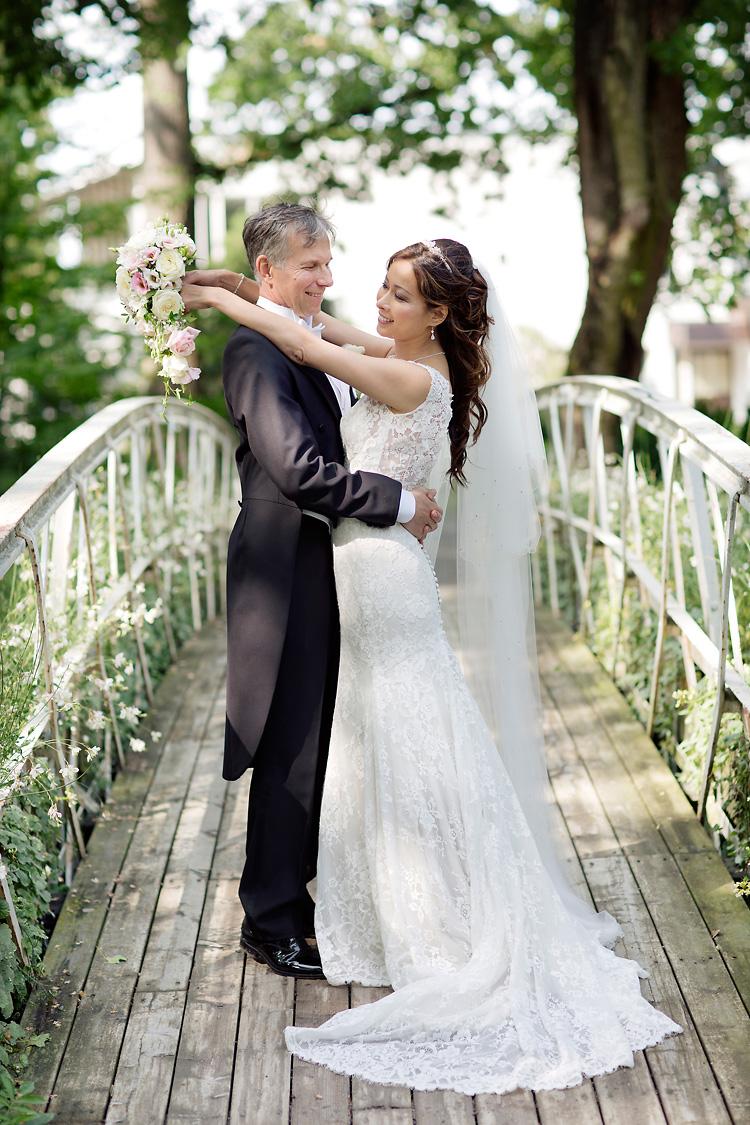 Brudpar fotograferat vid bro