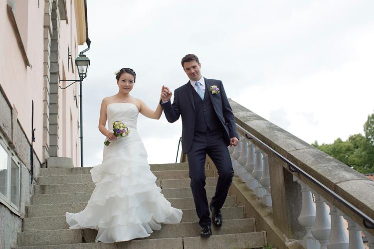 Brudpar i trappa på slott
