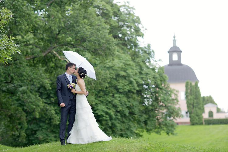 Bröllopsfotografering i regn med paraplyer