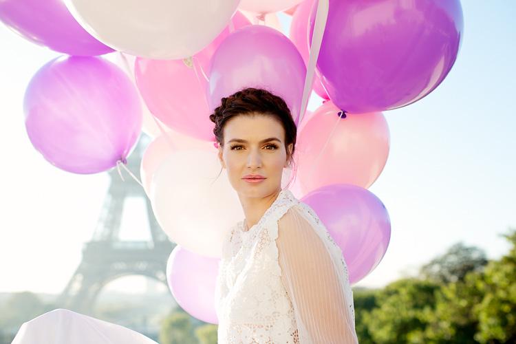 Paris bröllop med ballonger vid Eiffeltornet