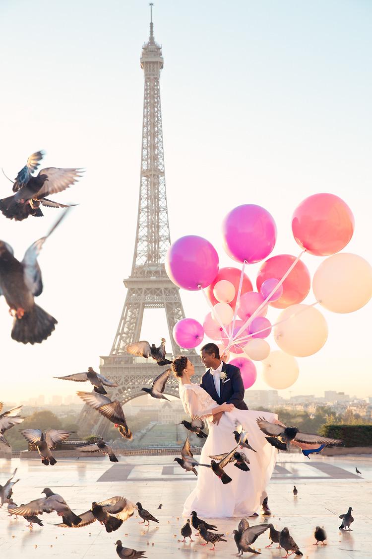 Paris fotografering bröllop med duvor och ballonger vid Eiffeltornet